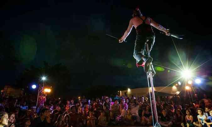 Atawallpa Coello e Erika Mesquita, da cia Circo Rebote, animam o respeitável público(foto: Olivier Boels/Divulgação)