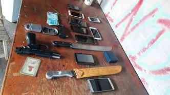 A polícia apreendeu armas de fogo, munições, itens, como celular, notebook e máquina de cartão de crédito usados para os crimes, um carro e dinheiro (foto: PCDF/ Divulgação)