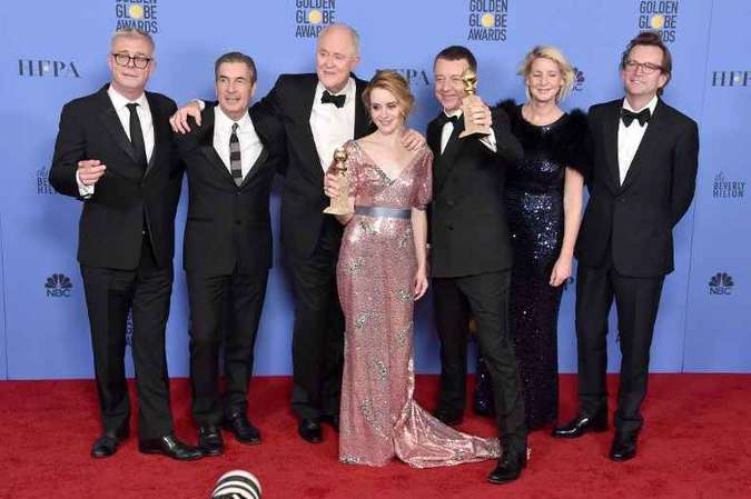 Atriz Claire Foy e a equipe da série The crown(foto: Alberto E. Rodriguez / GETTY IMAGES NORTH AMERICA / AFP)
