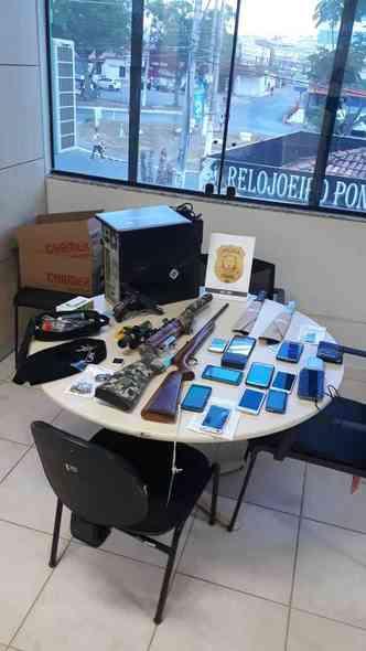 Itens apreendidos com acusados em Sobradinho II(foto: PCDF/ Divulgação)